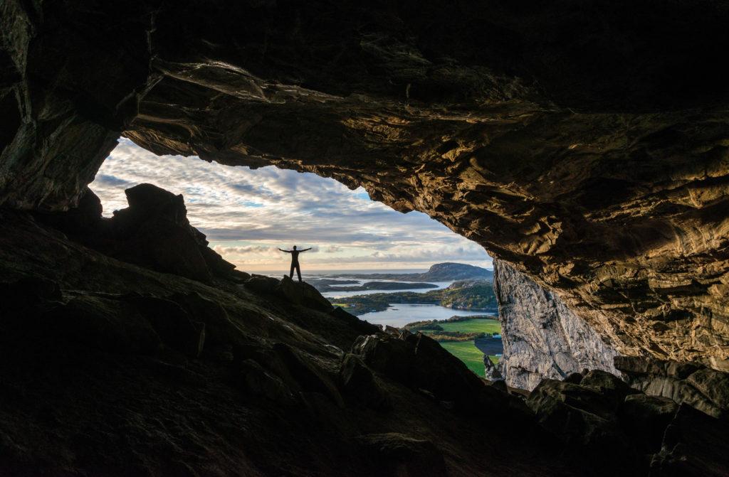 Person, die in der Hanshelleren-Höhle steht